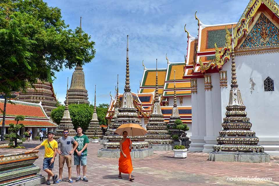 En la entrada del templo Wat Pho (Bangkok, Tailandia)