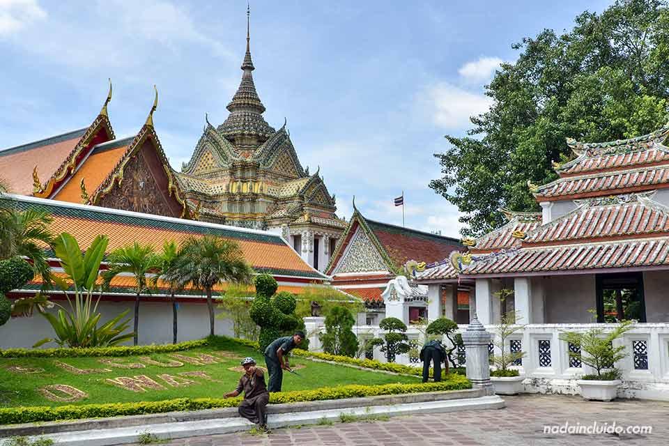 Jardín en el templo Wat Pho de Bangkok (Tailandia)
