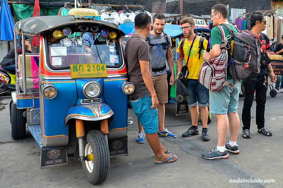 Buscando un Tuk Tuk en Khao San Road (Bangkok)
