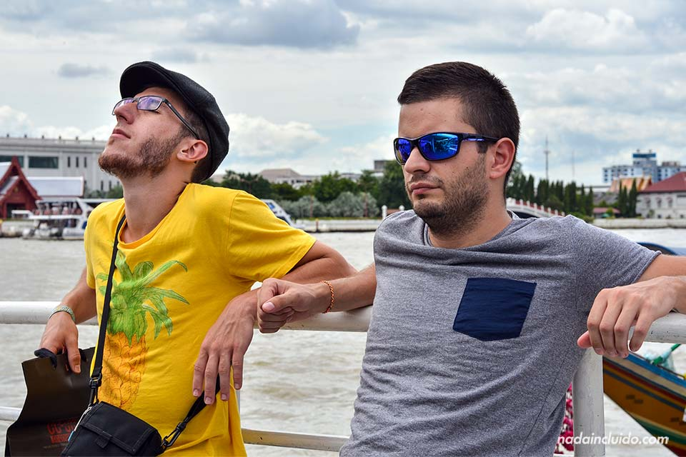 Diego y Álvaro en el barco que cruza el río Chao Phraya (Bangkok, Tailandia)