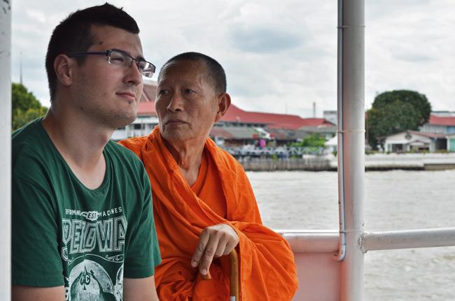 Víctor compartiendo asiento con un monje en el Barco sobre el río Río Chao Phraya (Bangkok, Tailandia)