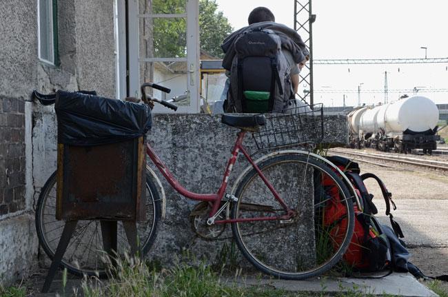 Estación de tren a las afueras de Budapest. Un viajero espera.