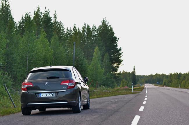 Aparcados en una carretera del norte de Finlandia