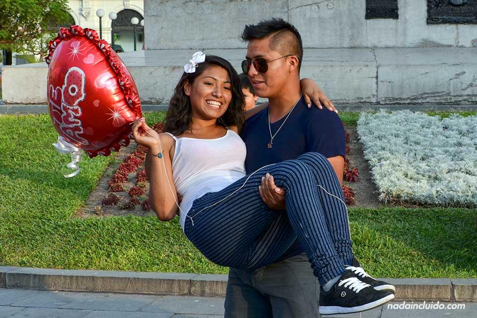 Lima,-Plaza-San-Martín,-pareja-(I)