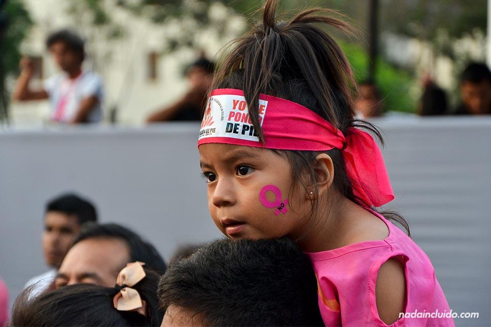 Lima,-Plaza-San-Martín,-niña-(I)