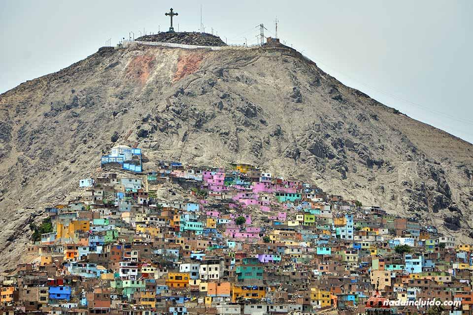 Vista de uno de los cerros de Lima desde el Parque de las Murallas (Perú)