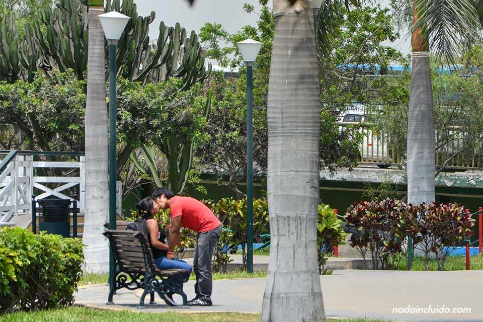 Una pareja se besa en el Parque de las Murallas de Lima (Perú)
