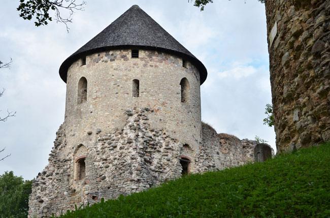 Una de las torres del castillo de Cesis (Letonia)