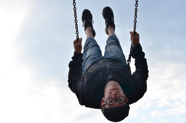 Diego se columpia en un parque para niños de Cesis (Letonia)