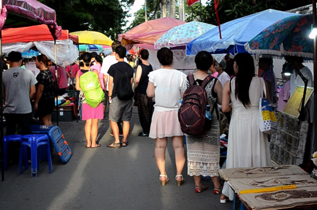 Cantando el himno tailandés en el Sunday Market de Chiang Mai (Tailandia)