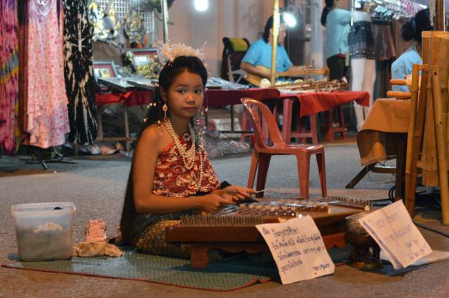 Niña tocando el xilófono en el Sunday Market de Chiang Mai (Tailandia)