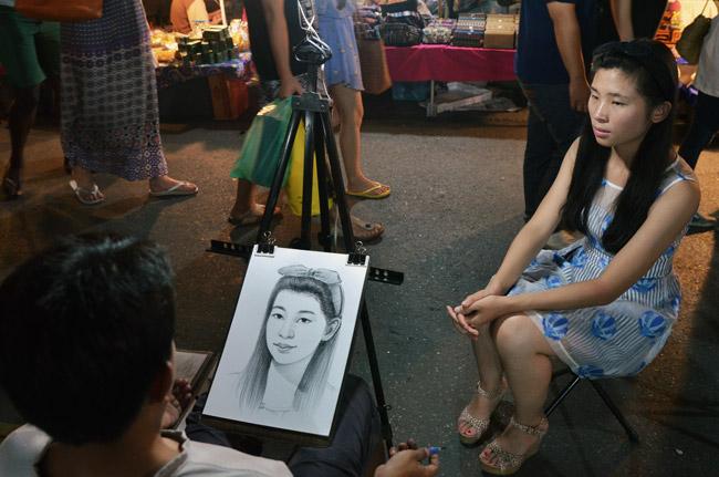 Pintor callejero en el Sunday Market de Chiang Mai (Tailandia)