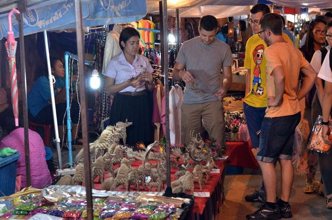 Regateando en el Sunday Market de Chiang Mai (Tailandia)