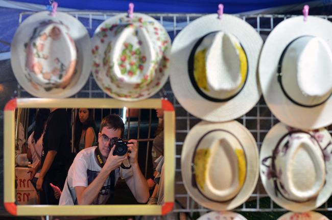 En un puesto de venta de sombreros en el Sunday Market de Chiang Mai (Tailandia)