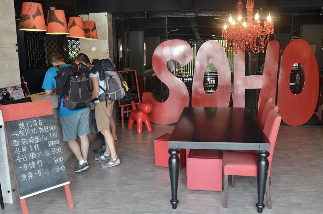 En la recepción del hostal Soho de Chiang Mai (Tailandia)