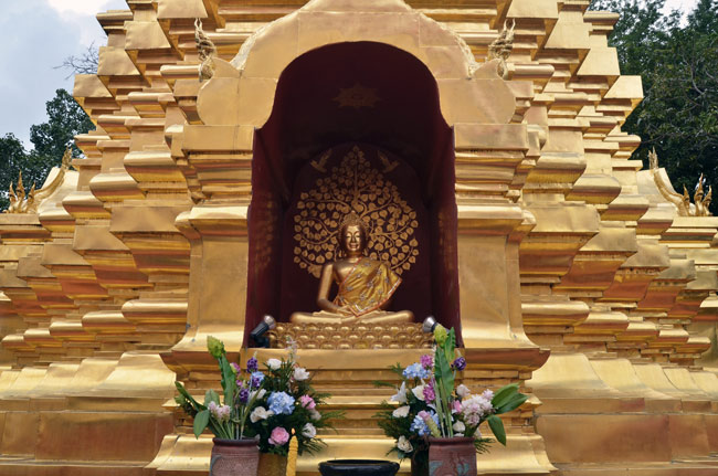 Buda en el exterior de un templo en el centro de Chiang Mai (Tailandia)