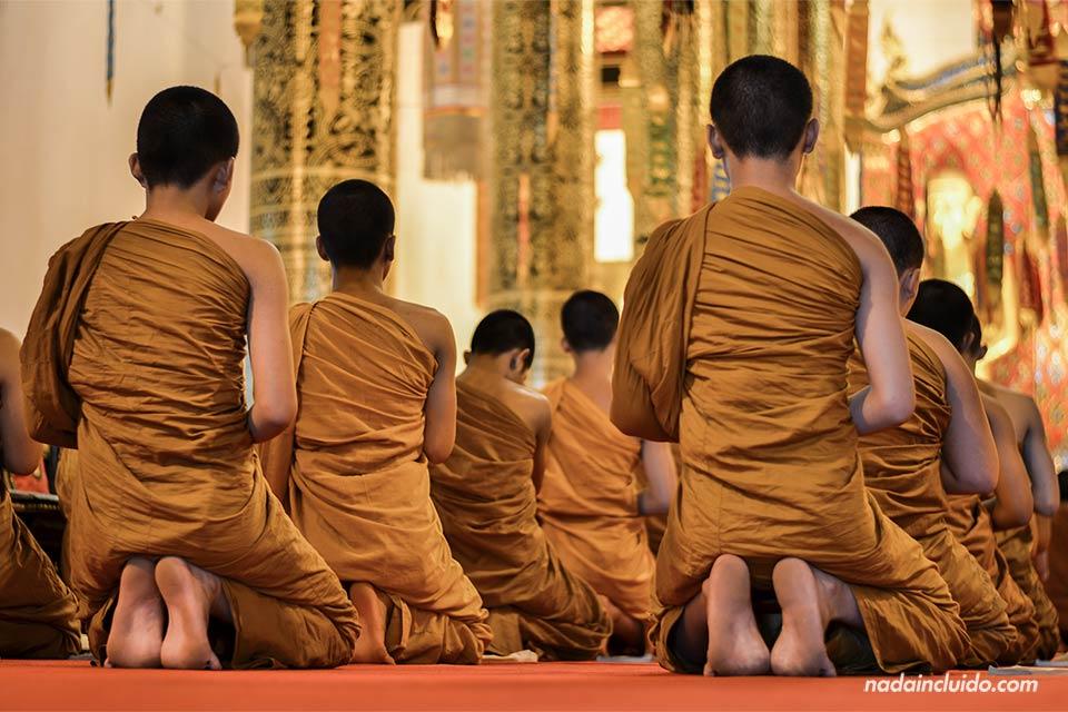 eremonia budista en el templo Wat Chedlin en Chiang Mai