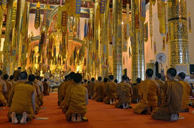 Ceremonia budista en el templo Wat Chedlin en Chiang Mai