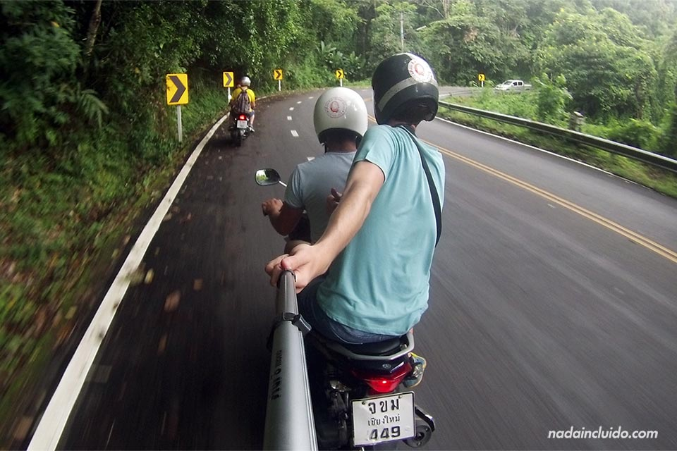 En moto al Wat Phrathat Doi Suthep (Chiang Mai, Tailandia)