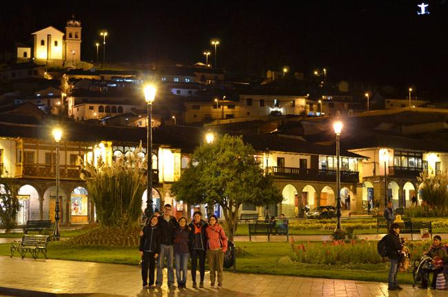 Cuzco,-Plaza-de-Armas,-noches-(M;O,M,L,A)