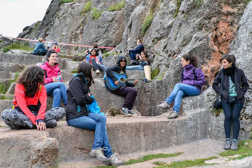 Cuzco-alto,-Templo-de-la-Luna-(chicas-y-Miguel)
