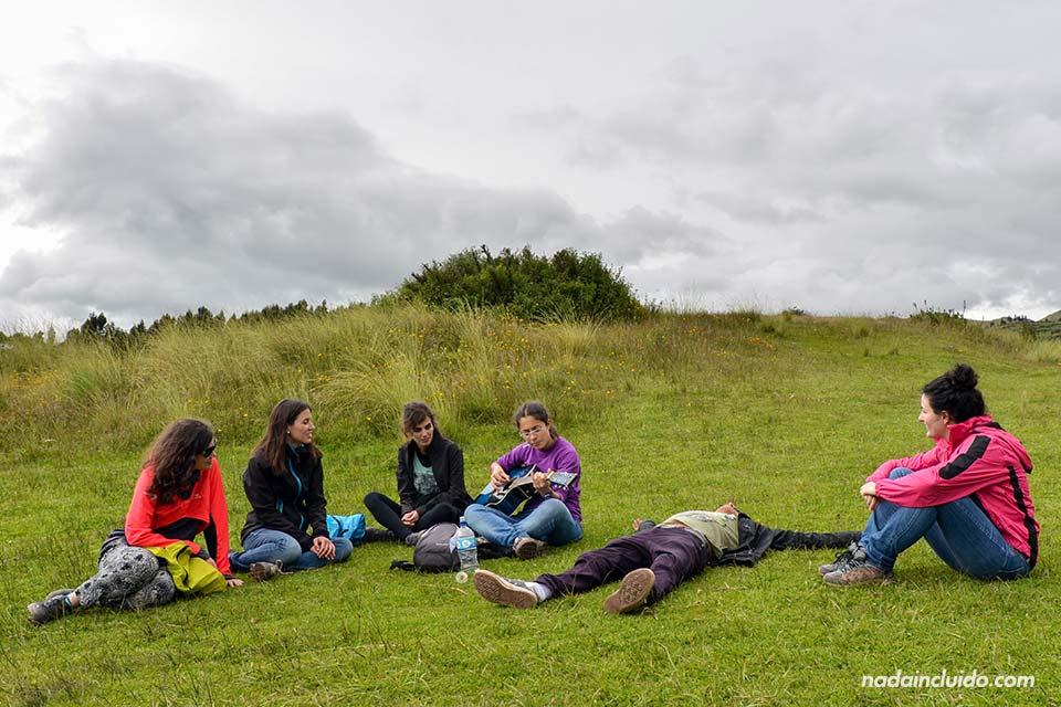 Cuzco-alto,-prado-(chicas-y-Miguel)-(I)