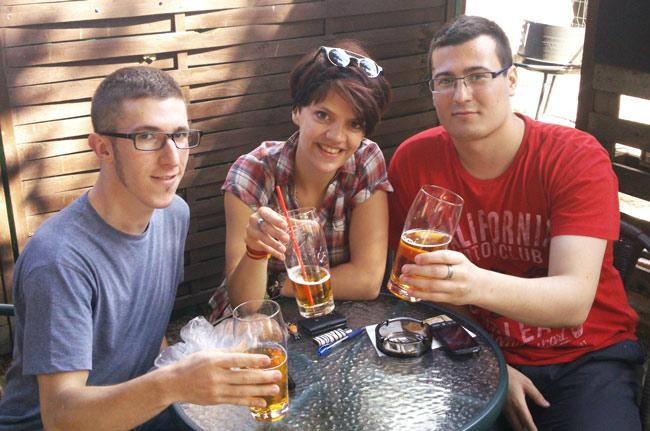 Dos españoles y una polaca disfrutando de una cerveza en Gdansk (Polonia)