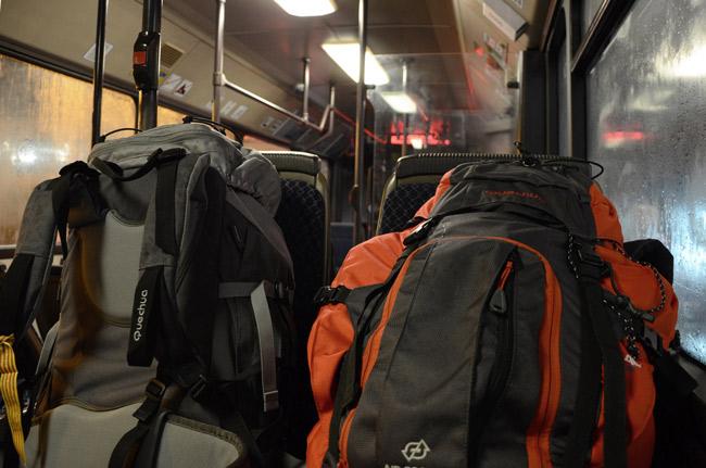 Dos mochilas de viajeros en un autobús de Gdansk (Polonia)