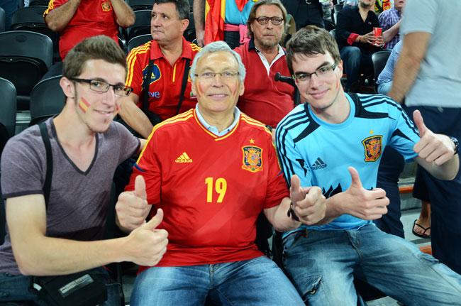 Con el padre de Fernando Llorente durante el partido España-Portugal de semifinales de la Euro2012, en el Donbass Arena, estadio de fútbol de Donetsk (Ucrania)
