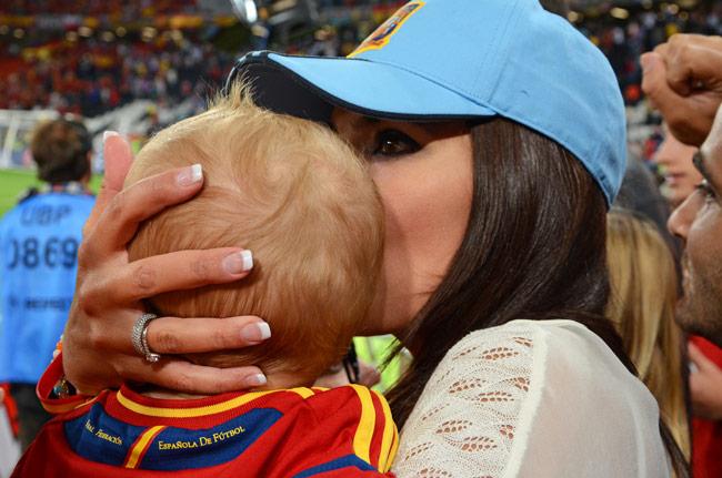 Aficionada celebra la victoria de España en el partido contra Portugal de semifinales de la Euro2012, en el Donbass Arena de Donetsk (Ucrania)