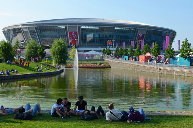 Exterior del Donbass Arena, estadio de fútbol de Donetsk, el día del partido de la Euro2012 España-Francia (Ucrania)