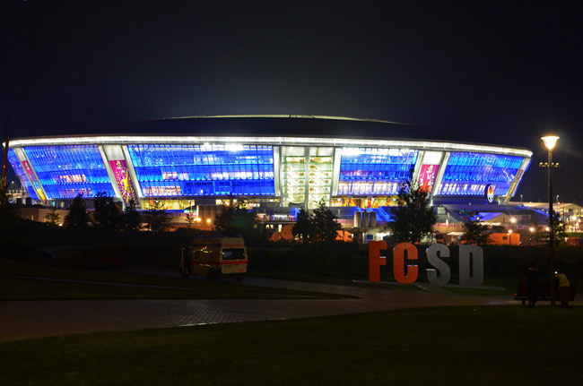 Exterior de Donbass Arena, estadio de fútbol del Shakhtar Donetsk, noche  (Ucrania)