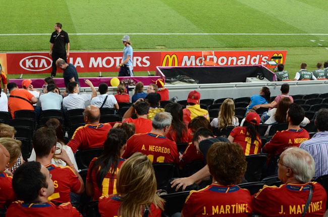 Los familias de los jugadores de la selección española en el Donbass Arena, el estadio de fútbol de Donetsk (Ucrania)