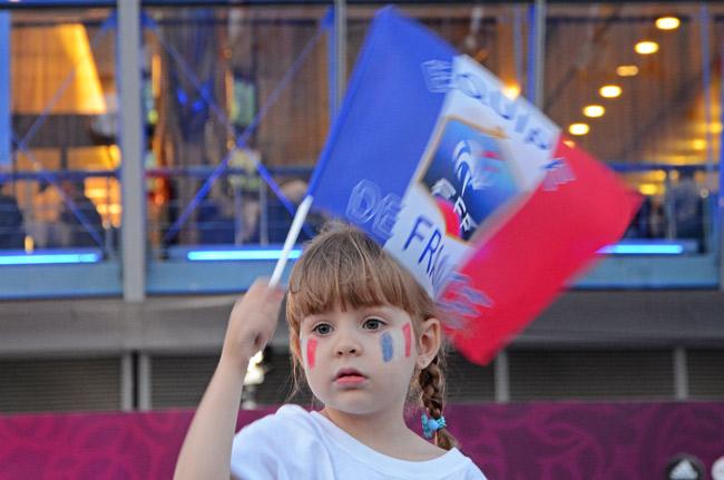 Una joven aficionada a la selección francesa a las puertas del Donbass Arena, el estadio de fútbol de Donetsk (Ucrania)