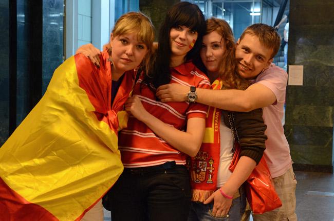 Un grupo de ucranianos apoyando a la selección española en Donetsk (Ucrania), durante la Euro2012