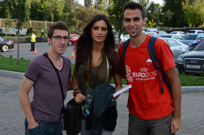 Con Sara Carbonero a las puertas del Donbass Arena de Donetsk, durante la Eurocopa 2012 (Ucrania)