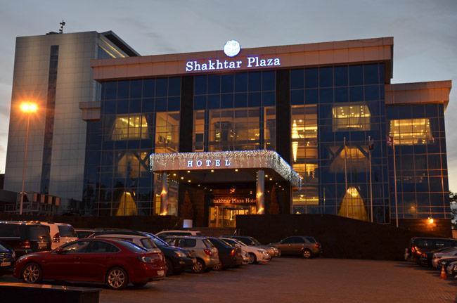 Hotel Shaktar Plaza, junto al estadio de fútbol de Donetsk