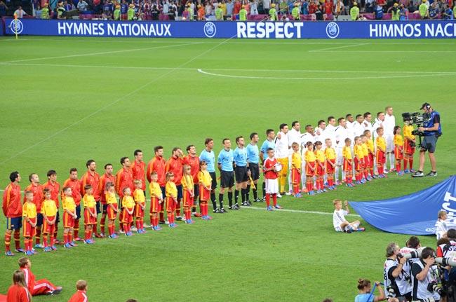La selección española y la francesa se preparan para el partido de cuatros de final de la Euro2012 en el Donbass Arena, el campo de fútbol de Donetsk (Ucrania)