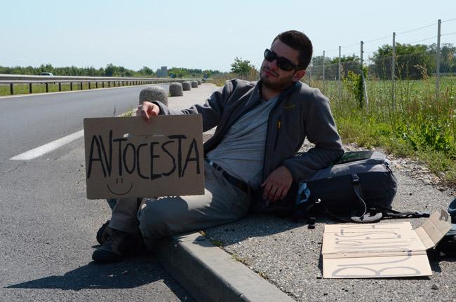 Mochilero haciendo autostop en la frontera entre Eslovenia y Hungría