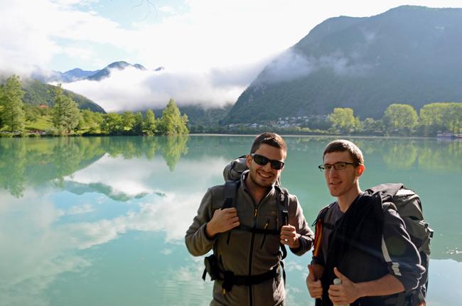 Dos mochileros en un lago de Eslovenia