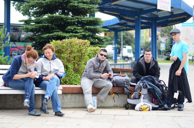 Viajeros esperan en la estación de autobuses de Ketrzyn  (Polonia)