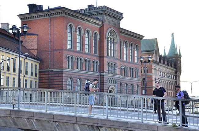 Consultando la ruta en un puente de Estocolmo (Suecia)