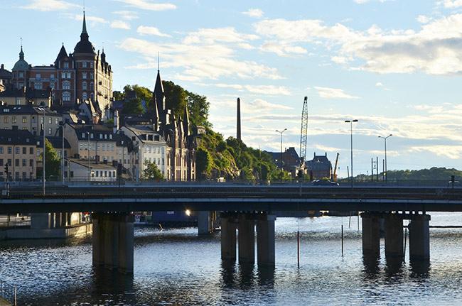 Puente sobre el río en Estocolmo, capital de Suecia