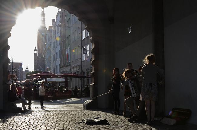 Un grupo de músicos toca en las calles de Gdansk (Polonia)