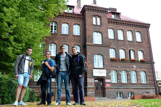 Cuatro mochileros españoles a las puertas de un hostal de Gdansk (Polonia)