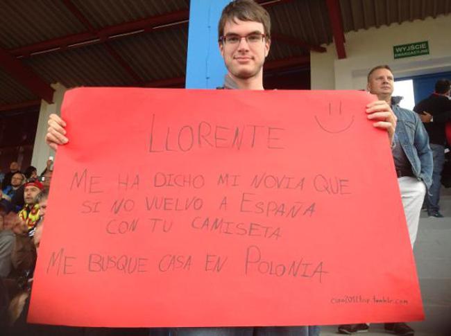 Un aficionado de la selección española muestra una pancarta para Fernando Llorente en Gniewino (Polonia), durante la Euro2012