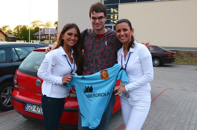 Compartiendo mi camiseta de Fernando Llorente con las azafatas polacas Fátima y Magdalena, en Gniewino (Polonia)