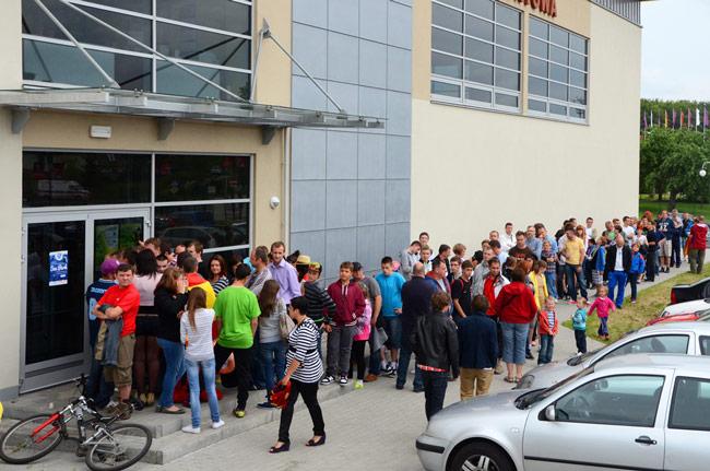 Multitud de aficionados polacos guardan turno para entrar al entrenamiento de la selección española en Gniewino (Polonia), durante la Eurocopa 2012