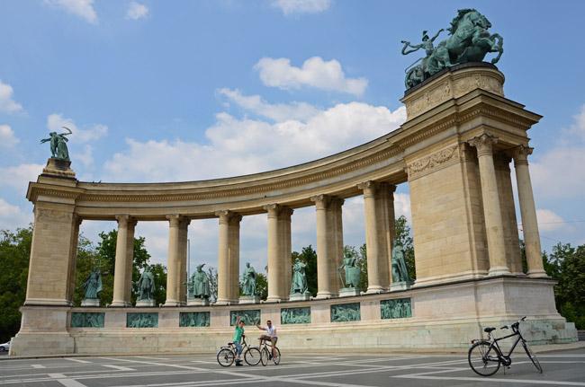 Cicloturismo en Budapest (Hungría). Plaza de los héroes