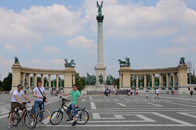 Cicloturismo en Budapest (Hungría). Plaza de los héroes.